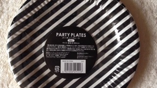 キャンドゥでモノトーン雑貨 ストライプ柄の紙皿とペーパーナプキンを購入しました